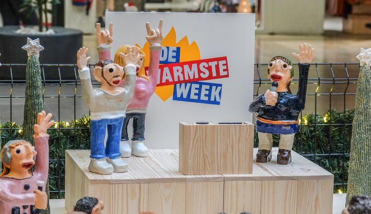 De beeldengroep symboliseert het podium van De Warmste Week.