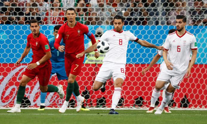 Morteza Pouraliganji (nummer 8) werkt weg voordat Cristiano Ronaldo gevaarlijk kan worden.