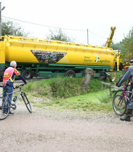 Vrachtwagen rijdt zichzelf vast in Hekendorp, Hekendorpse Buurt hele middag afgesloten