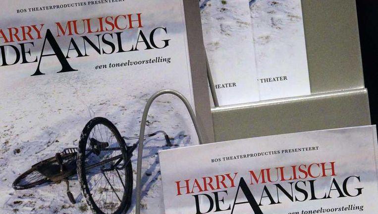 Programmaboekjes op de premiere in januari vorig jaar in Haarlem van de toneelvoorstelling De Aanslag naar het boek van Harry Mulisch. Beeld ANP