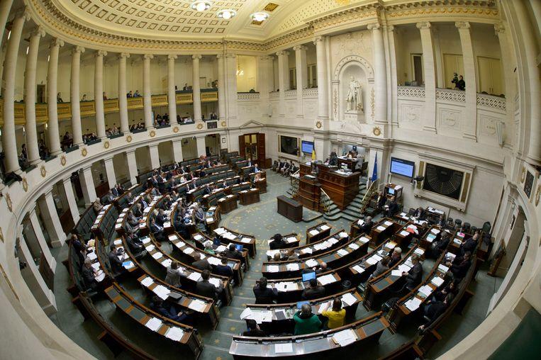 Een stemming in de Kamer. Veel bankjes zijn leeg. Parlementsleden die te veel stemmingen missen in parlementscommissies, zullen dat binnenkort voelen in hun portefeuille.