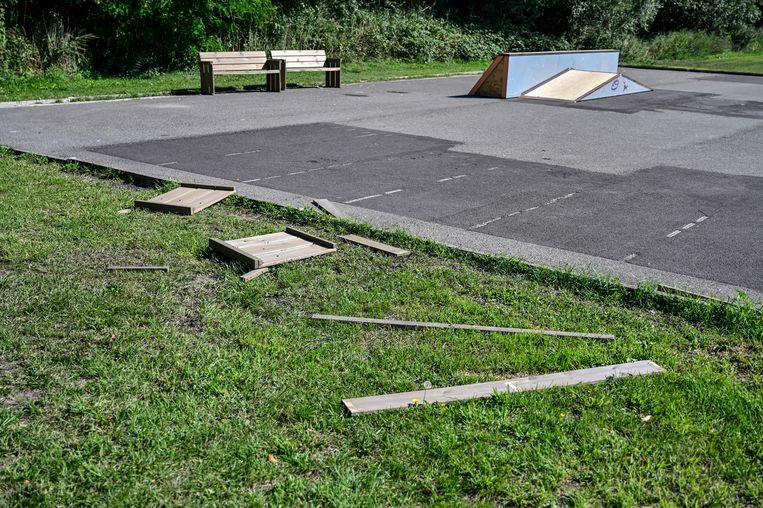 Een van de banken aan het skatepark werd vernield.