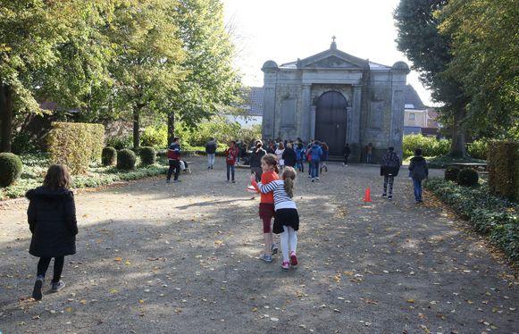 De stad stelde het terrein aan de Claeskapel in de buurt van de school ter beschikking omdat de huidige speelplaats van De Klim-Op stilaan te klein wordt.