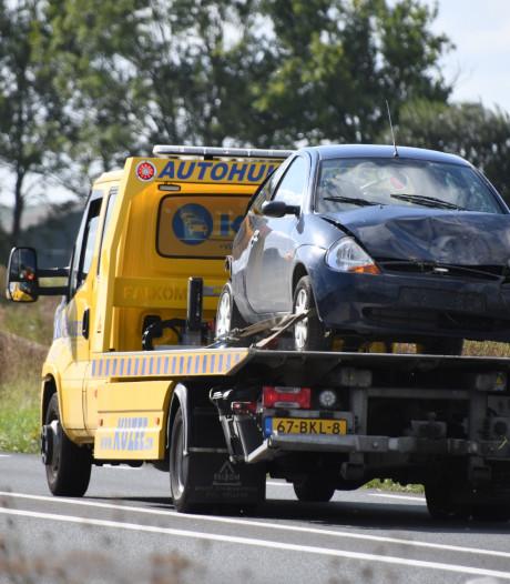 Auto op de kop in de sloot bij Hulst, één gewonde