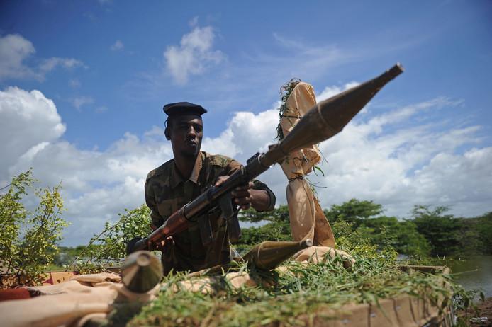 Een bewapende Somalische soldaat in de buurt van Mogadishu.