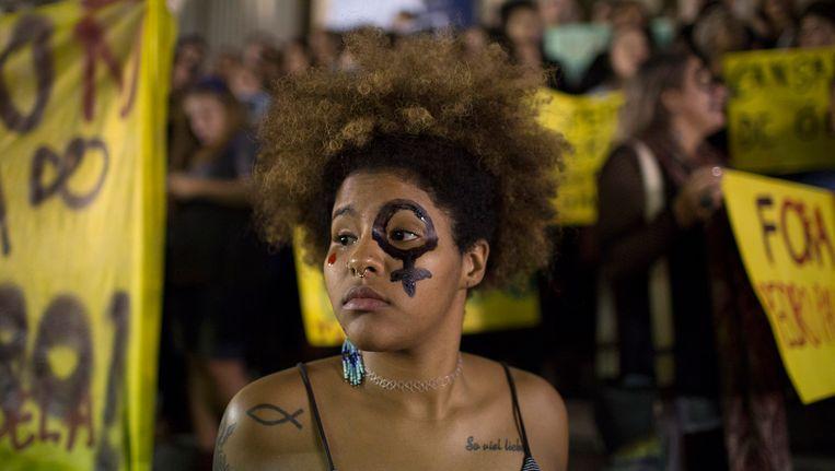Een demonstrante afgelopen vrijdag in Rio de Janeiro tijdens een protest tegen de groepsverkrachting.