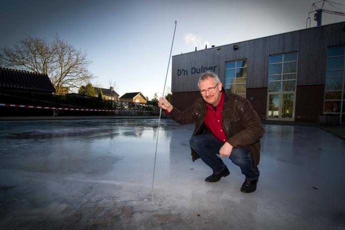 De huidige beheerder Willy Erkelens voor D'n Dulper waar hij in de wintermaanden regelmatig een ijsbaan aanlegt.