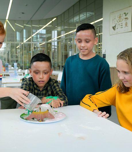 Experimenteren in het onderwijsmuseum: Zo laten Dordtse kinderen een vulkaan ontploffen