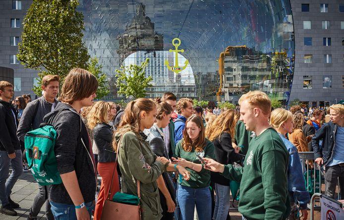 Archieffoto: De Eurekaweek in het centrum van Rotterdam. Dit jaar is de kennismakingsweek een stuk kleinschaliger en de ontgroening is helemaal geschrapt.