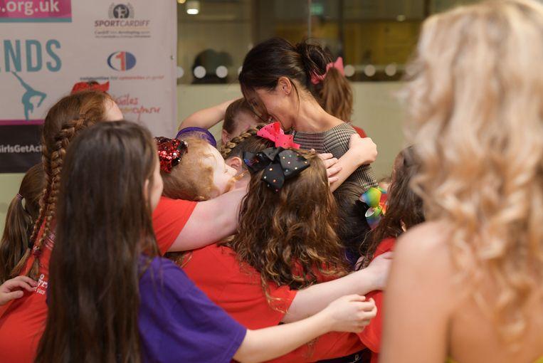 Meghan Markle in Wales omringd door schoolkinderen