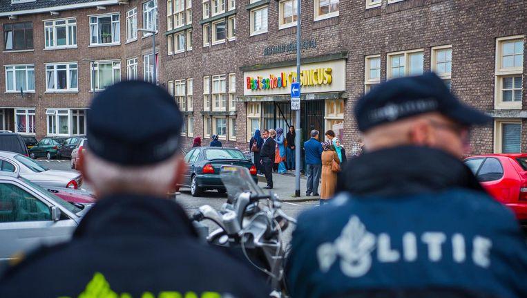 Agenten bij basisschool Cosmicus in Rotterdam Beeld Frank de Roo