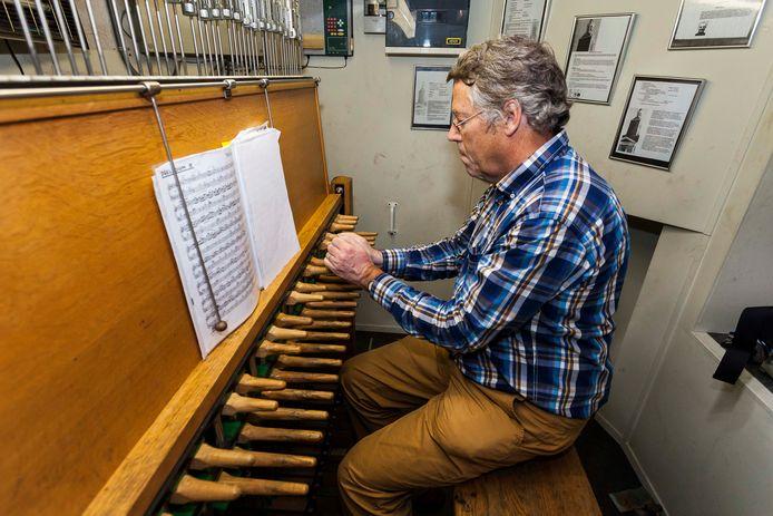 Archieffoto van stadsbeiaardier Toni Raats achter het klavier van de beiaard boven in de toren van de Sint Jan.