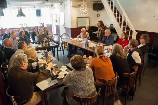 De ledenvergadering van politieke partij Knillis in de Knillispoort.  Staand Ellen Pauel, rechts van haar Antoine Jacobs en geheel rechts Frans van Gaal