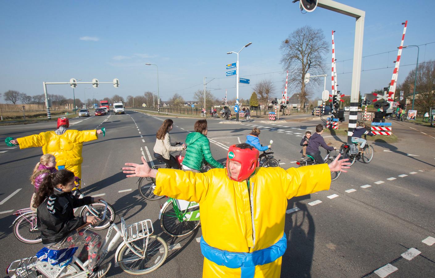 De kruising van de N233 en de Achterbergestraatweg waar flitspalen neer zijn gezet om de verkeersveiligheid te verbeteren.