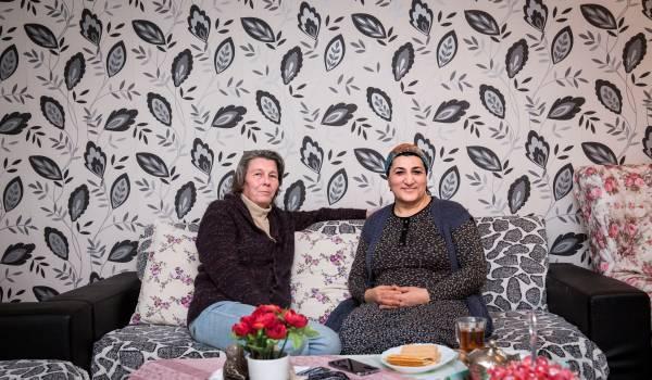 Petra (56) op de thee bij buurvrouw Selma (50). De één stemt Denk, de ander PVV