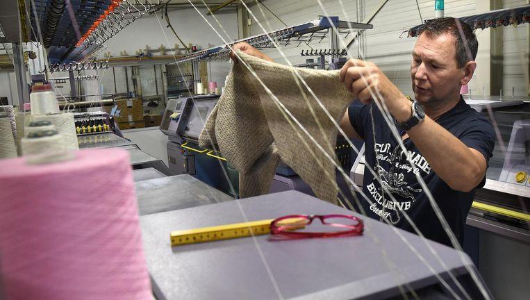 Bij Huisman Tricot werkt nog maar een medewerker daadwerkelijk met de breimachines. Beeld Marcel van den Bergh/de Volkskrant