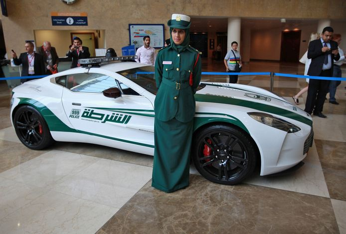 Een politievrouw voor een  Aston Martin One-77