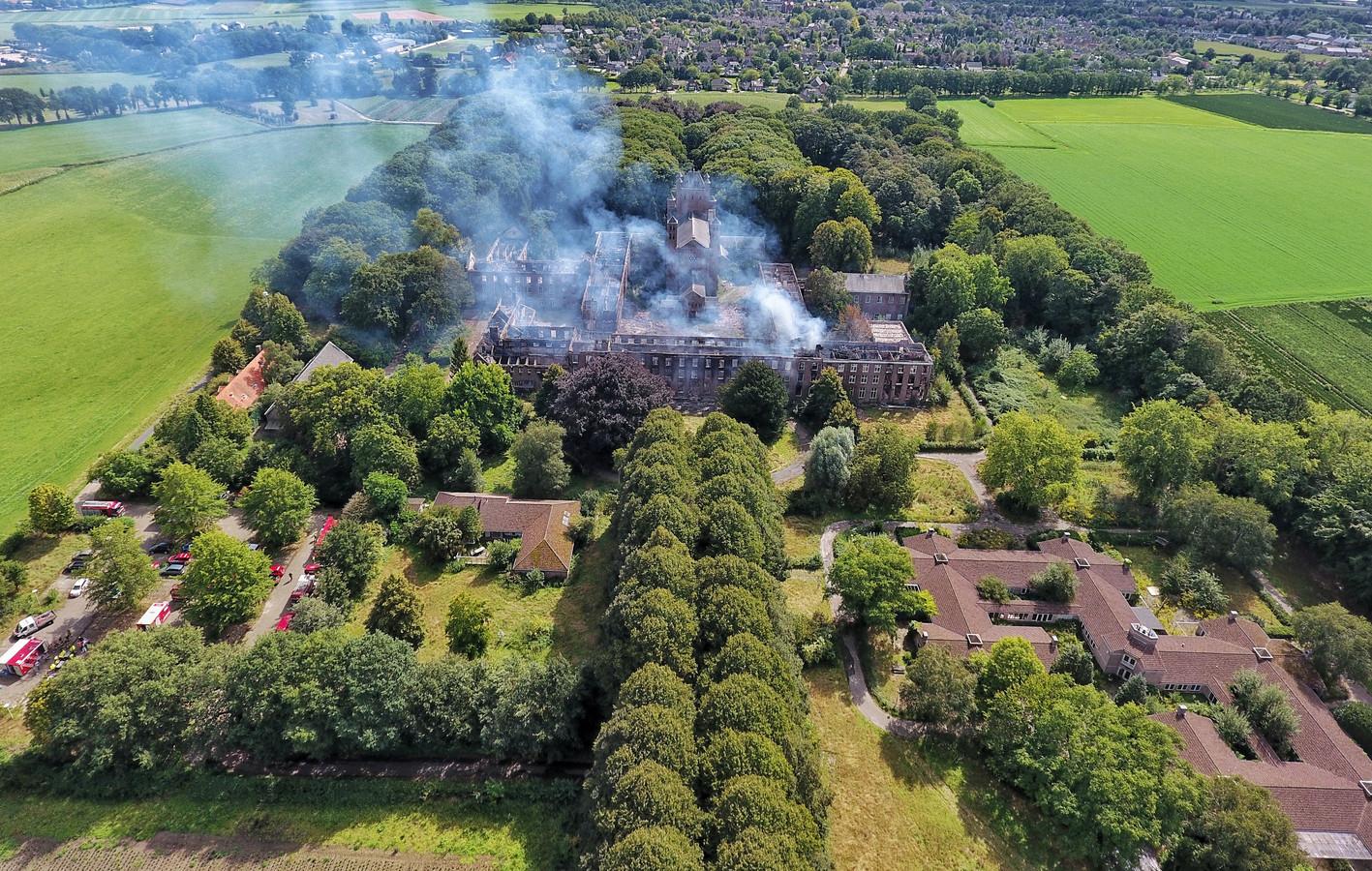 Een grote brand heeft afgelopen weekeinde een deel van de monumentale bebouwing op landgoed Haarendael in Haaren in de as gelegd.
