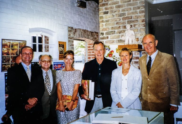 Bert Dewilde (tweede van links) houdt goede herinneringen over aan het bezoek van George Bush sr en Roger Declerck aan ''zijn'' Vlasmuseum in Kortrijk.