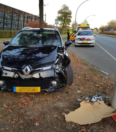Auto botst in Wijchen tegen lantaarnpaal, passagier gewond