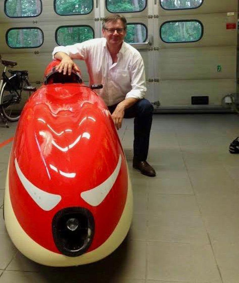 Rudy Bosselaers (53) bij zijn bewuste ligfiets.