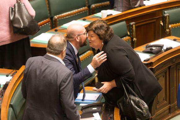 Premier Charles Michel (MR) begroet minister van Gezondheid en kersvers staatssecretaris voor Asiel & Migratie Maggie De Block (Open Vld).