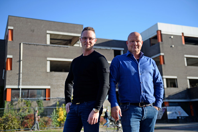 Projectontwikkelaars Axel Veldboom en Pieter Bakker voor een van hun grote projecten in Enschede, het voormalige Arke-pand
