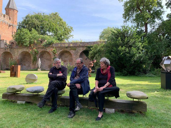 Maarten, Vincent en Sis van Rossem in de tuin van Dat Bolwerck.
