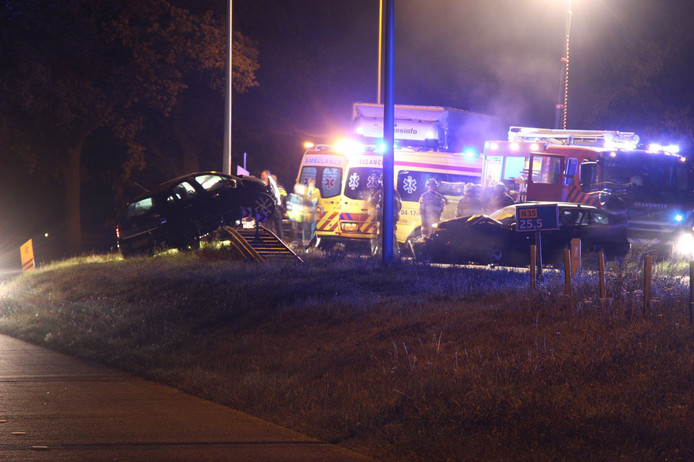 De hulpdiensten kwamen massaal ter plaatse bij het ongeluk op de N35 bij Marienheem.