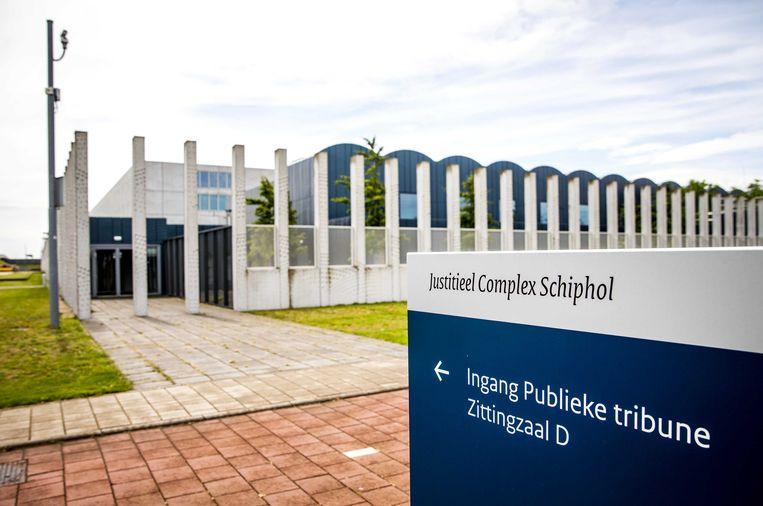 Vanwege de verdenking van terrorisme is de Haagse rechtbank uitgeweken naar de extra beveiligde rechtszaal bij Schiphol. Beeld ANP