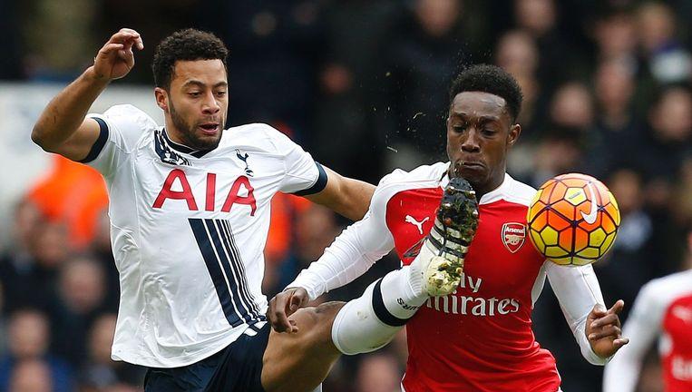 Moussa Dembélé van Tottenham Hotspur in duel met Danny Welbeck van Arsenal. De wedstrijd tussen de twee Londense ploegen eindigde in 2-2, waardoor de Spurs zicht blijven houden op de titel Beeld AFP