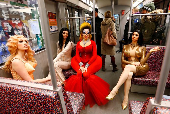 Tijdens een persmoment, ter promotie van het Berlijnse revuetheater, maken showdansers van het 'Friedrichstadt-Palast' verkleed als Divine, Kim Kardashian, Madonna en Conchita Wurst, gebruik van de metro in de Duitse hoofdstad. Foto Hannibal Hanschke