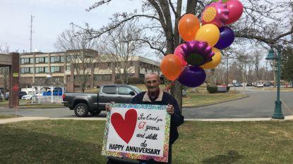 """Liefde in tijden van corona, dat is met een bord je vrouw in het rusthuis feliciteren: """"Gelukkige huwelijksverjaardag"""""""