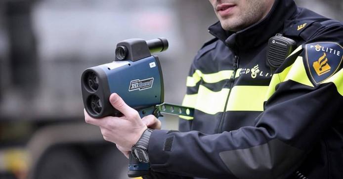 Met de lasergun werden donderdagmiddag drie hardrijders op de Witmoesdijk in Enter betrapt.