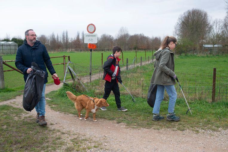 Steven met kinderen Nina en Wout en hond Stella. Om de tijd die ze nu hebben nuttig te besteden besloten ze zwerfvuil te rapen.