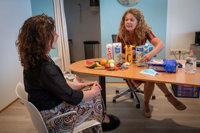Diëtiste Andrea Gnoth geeft voedselvoorlichting aan coronapatiënten.
