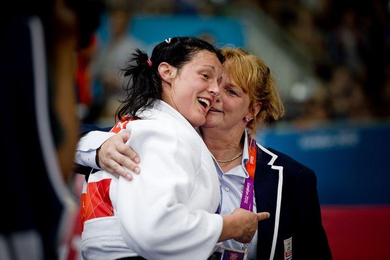 Marjolein van Unen feliciteert haar pupil Edith Bosch nadat ze brons heeft gewonnen bij de Olympische Spelen in 2012. Beeld anp