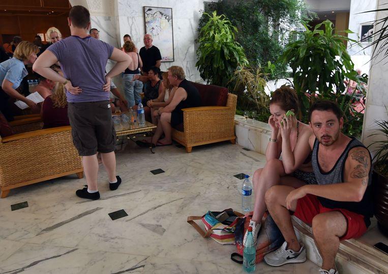 Toeristen in de lobby van het hotel na de aanslag Beeld afp