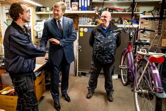 Koning Willem-Alexander bezoekt samen met staatssecretaris Paul Blokhuis een dak- en thuislozenopvang in Weert.
