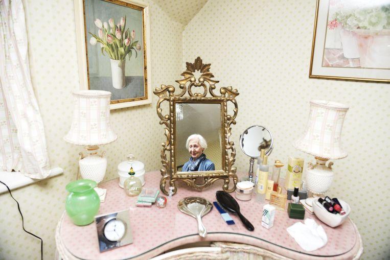 Sue Hedges (79) woont met John Carter (83) in de 16de-eeuwse boerderij Slades Cottage. Beeld null