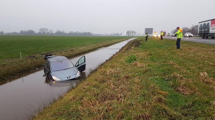 Een automobilist is op de A28 bij De Wijk van de weg geraakt en in de sloot terecht gekomen. De bestuurder kon zijn auto verlaten en raakte niet gewond.