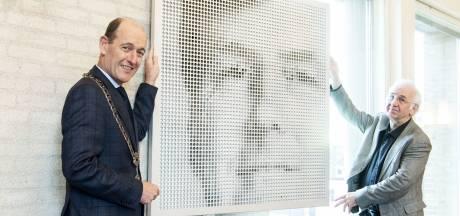 Koning Willem-Alexander maar dan wel een beetje anders, nu in de raadszaal van Hengelo
