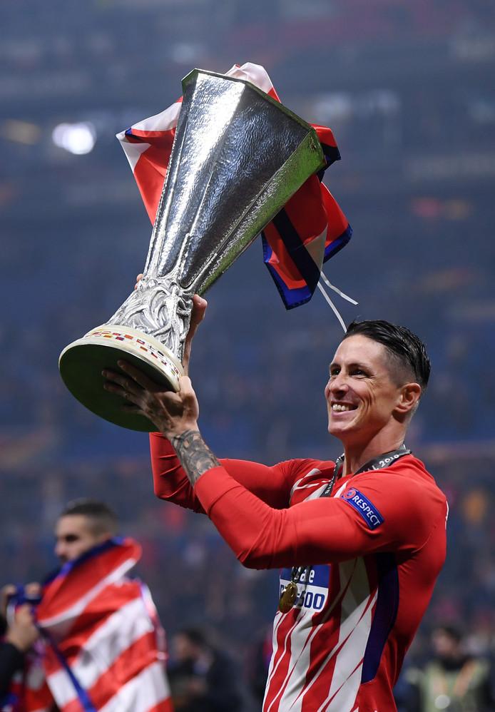 Fernando Torres met de beker. Hij neemt afscheid van 'zijn' Atlético Madrid.