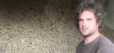 Boer krijgt aardappels niet verkocht en deelt ze gratis uit