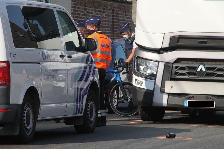 Politie en verkeersdeskundige onderzoeken de koersfiets van het slachtoffer.