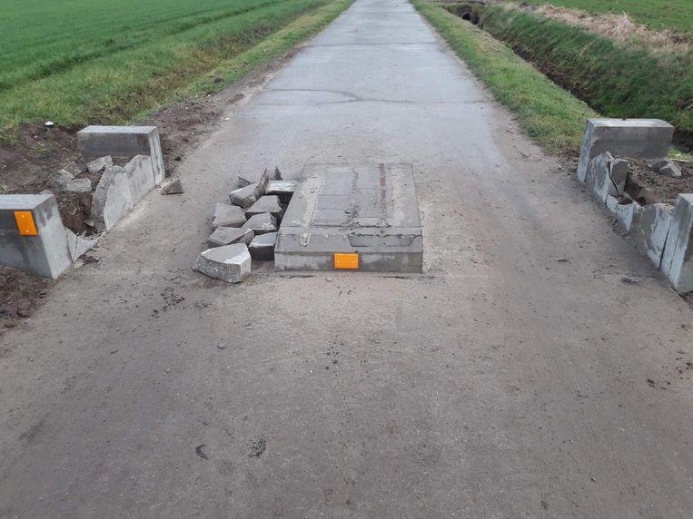 De betonnen constructie van de tractorsluis werd vernielt. De brokstukken werden naast het middenstuk gelegd.