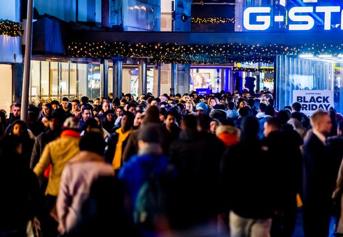 Drukte in het centrum van Rotterdam tijdens Black Friday.