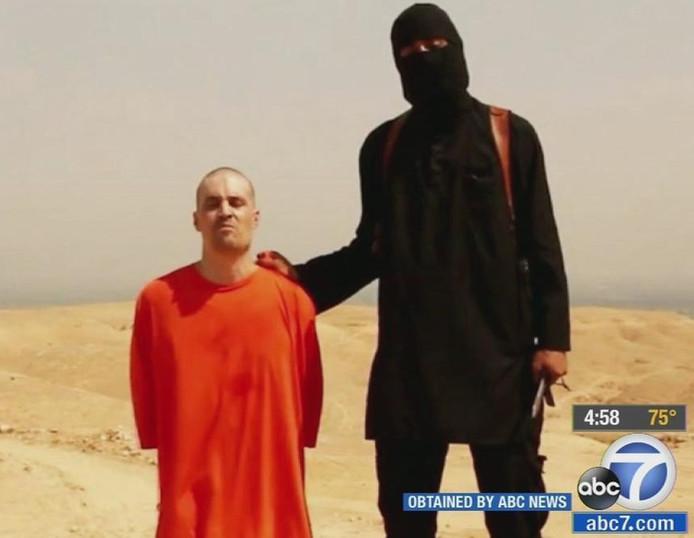 Al bij de eerste onthoofdingsvideo die IS in augustus vorig jaar publiceerde, toen de Amerikaanse journalist James Foley werd onthoofd, herkende de moeder van Mohammed Emwazi zijn stem.