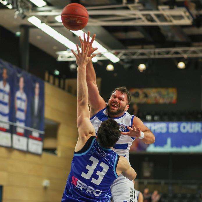Jozo Rados in duel tegen Donar. De Oostenrijkse center van Landstede Hammers raakt langzaam maar zeker op wedstrijdgewicht.