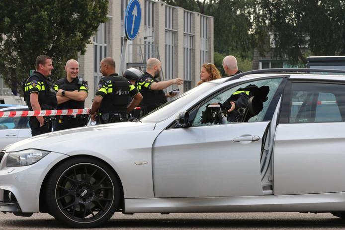 De achtergelaten BMW.  De inzittenden van deze Duitse bolide kaapten op de Hoofdweg een Audi A6. Dit voertuig is inmiddels teruggevonden, maar van de twee inzittenden wordt nog altijd gezocht.